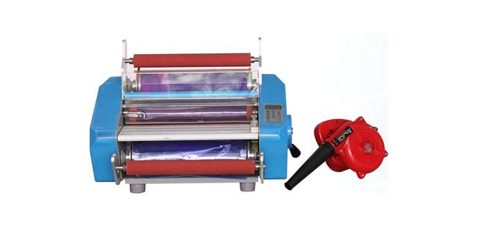 数控覆膜机 STR-FMJ350 特点: STR-FMJ350双面数控覆膜机采用液晶显示,节能型,温度、速度均可预设,加热辊采用品质硅材料以防皱折, 刮划。适用于PCB线路板制作过程的感光膜的覆膜工艺,具备单、双面均覆膜功能,覆膜后PCB板可用于线路板的 线路曝光制作。 技术参数: 电源:AC110-220/50-60Hz 功率:1000W 预热时间:5min 工作速度:0.